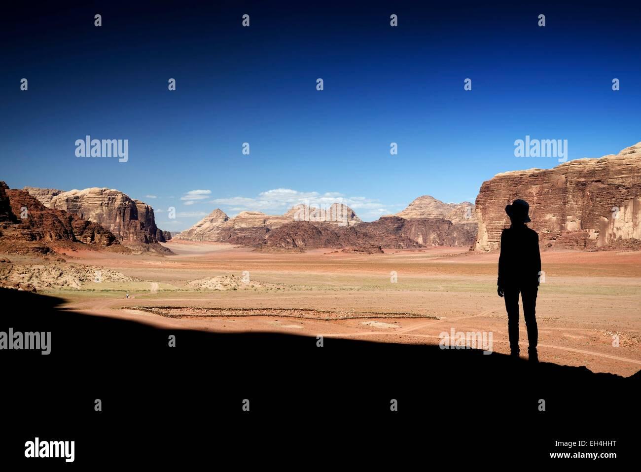 Jordan, Wüste Wadi Rum, geschützten Bereich Weltkulturerbe von UNESCO, Silhouette einer Frau und rote Stockbild