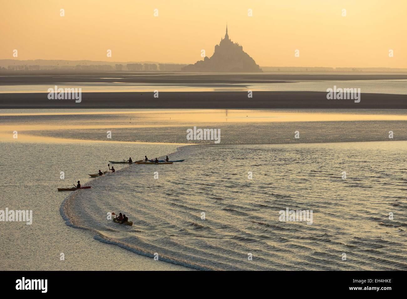 Fallen Sie Frankreich, Manche, Mont Saint Michel Bay, Weltkulturerbe der UNESCO, ein Kayakists auf der Welle Mascaret Stockbild