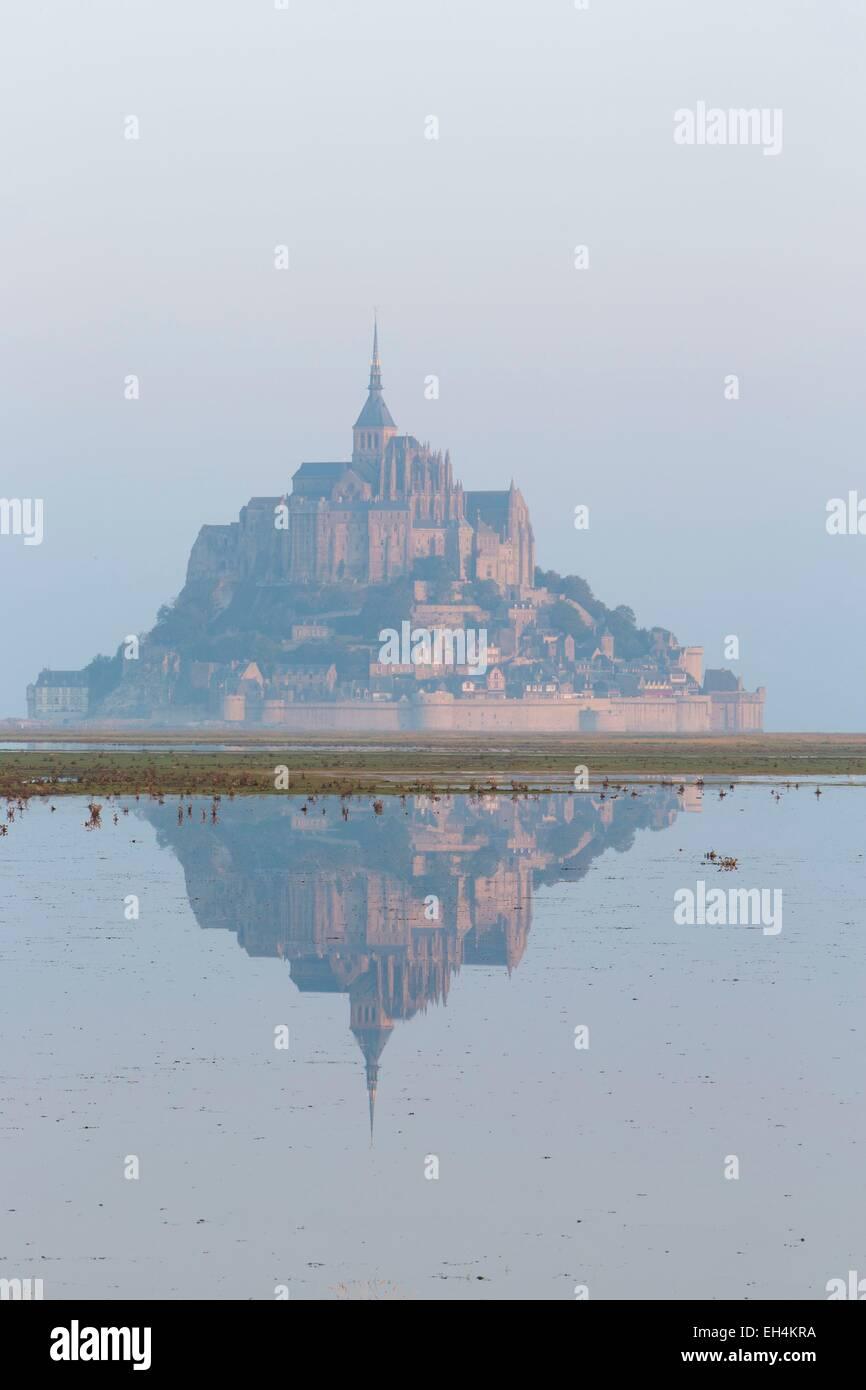 Frankreich, Manche, Mont Saint Michel Bay, Weltkulturerbe der UNESCO, Mont Saint-Michel bei Flut Stockbild