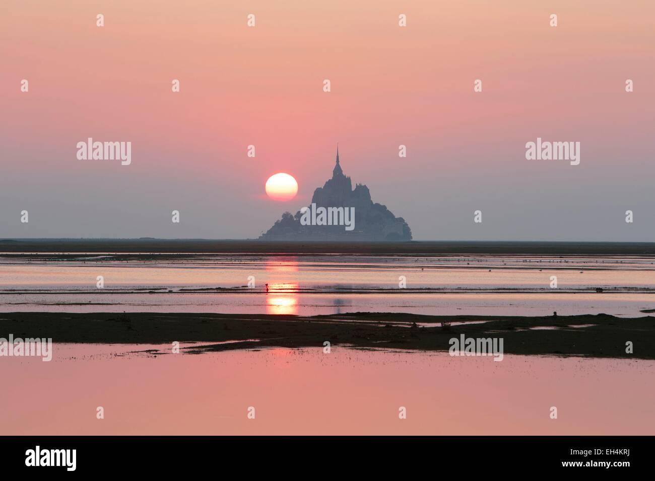 Frankreich, Manche, Mont Saint Michel Bay, als Weltkulturerbe der UNESCO, Sonnenaufgang am Mont Saint Michel bei Stockbild