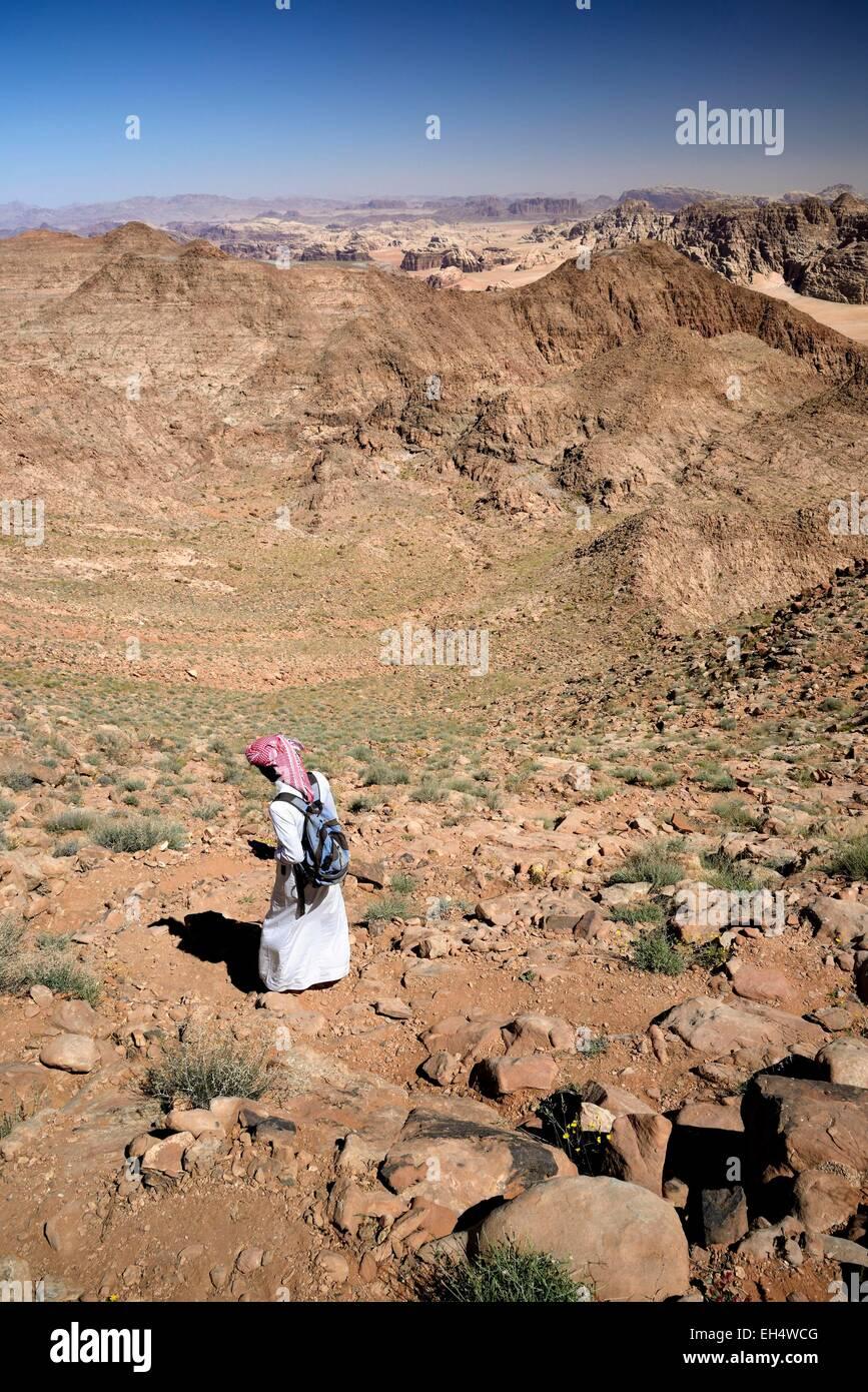 Jordan, Wüste Wadi Rum, Grenze mit Saudi-Arabien, Beduinen, die zu Fuß auf den Berg Jebel Umm Adaami (1832m), Stockbild