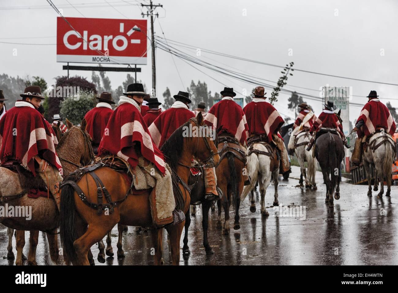 Ambato, Ecuador Pelileo, Konzentration der Fahrer in traditionellen Poncho über ein lokales fest Stockbild