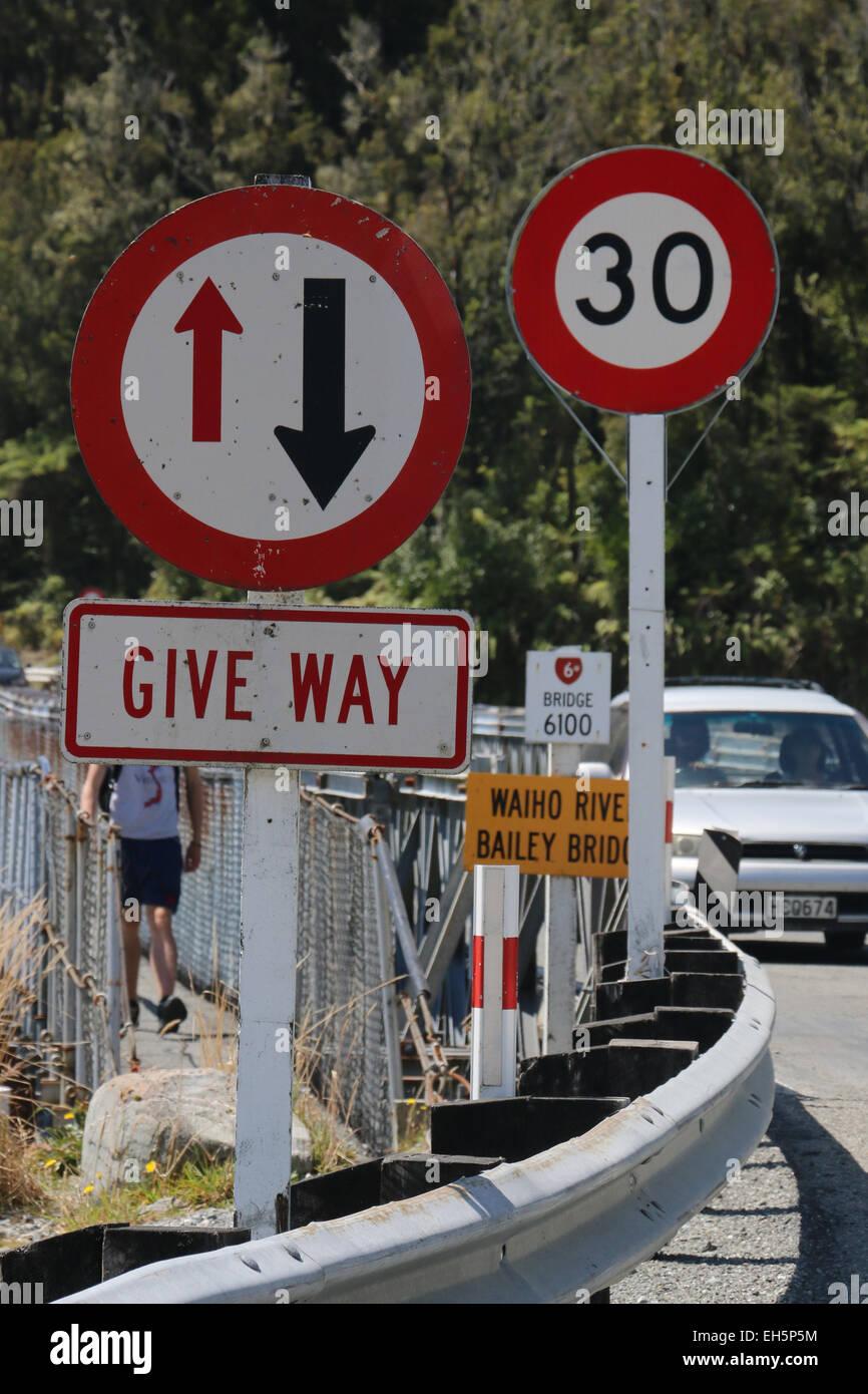 Geben Weg Ausbeute Straßenschild Neuseeland Runde-a-Bout Tempolimit Schild Stockbild
