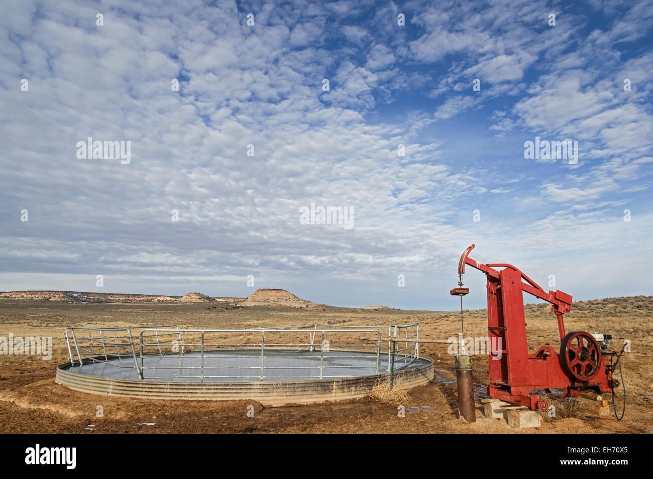 Brunnen Sie und Pumpen Sie füllen ein eingefrorenes über Lager tank Stockbild