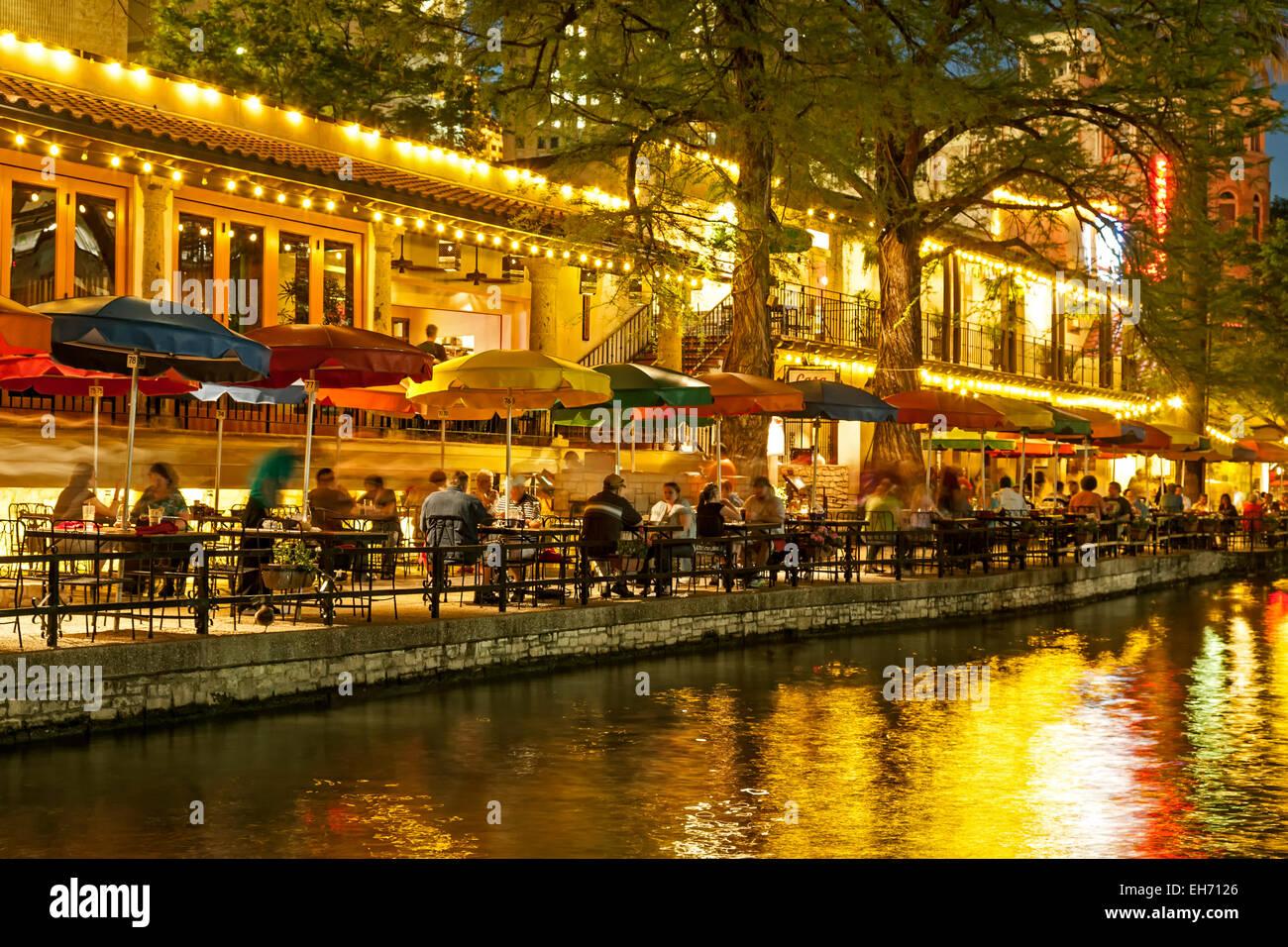 Bunte Sonnenschirme, San Antonio River und Riverwalk, San Antonio, Texas USA Stockbild