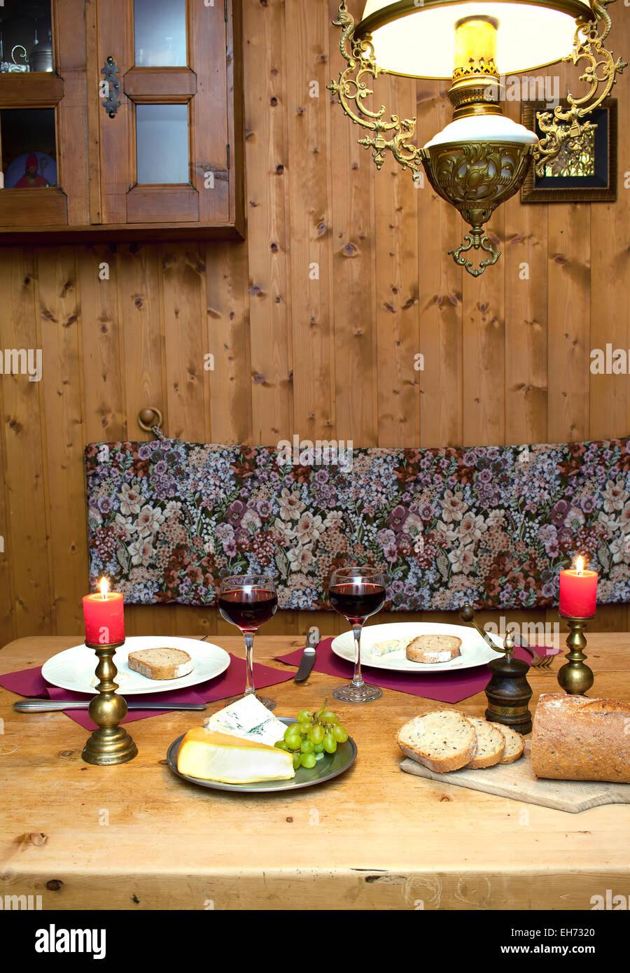 Intime Dinner Tischdekoration Mit Kerzen Und Wein Serviert In Einer Romantischen Berghutte In Den Alpen Stockfotografie Alamy