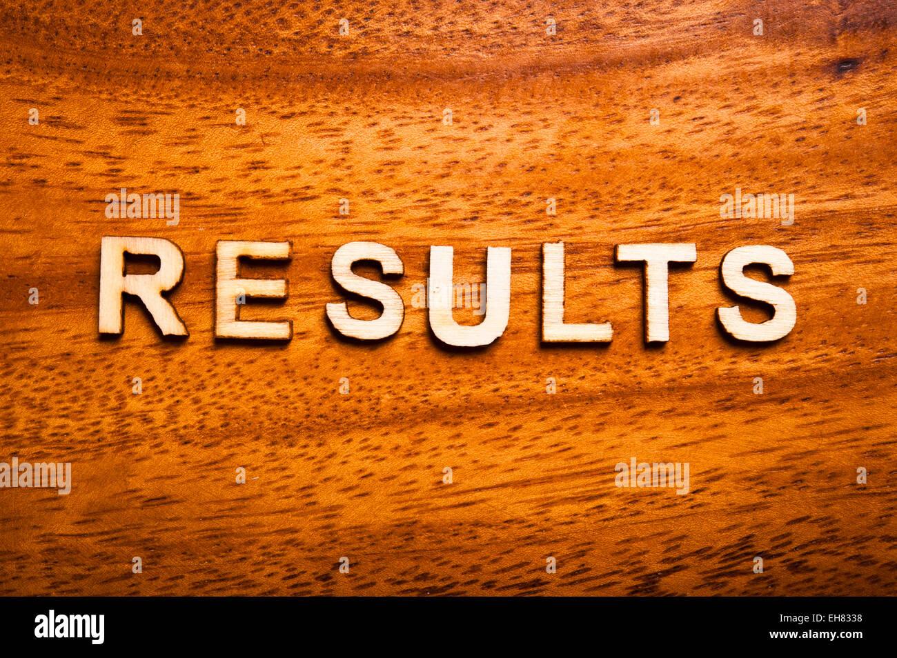Word-Ergebnisse mit Holzbuchstaben geschrieben Stockbild