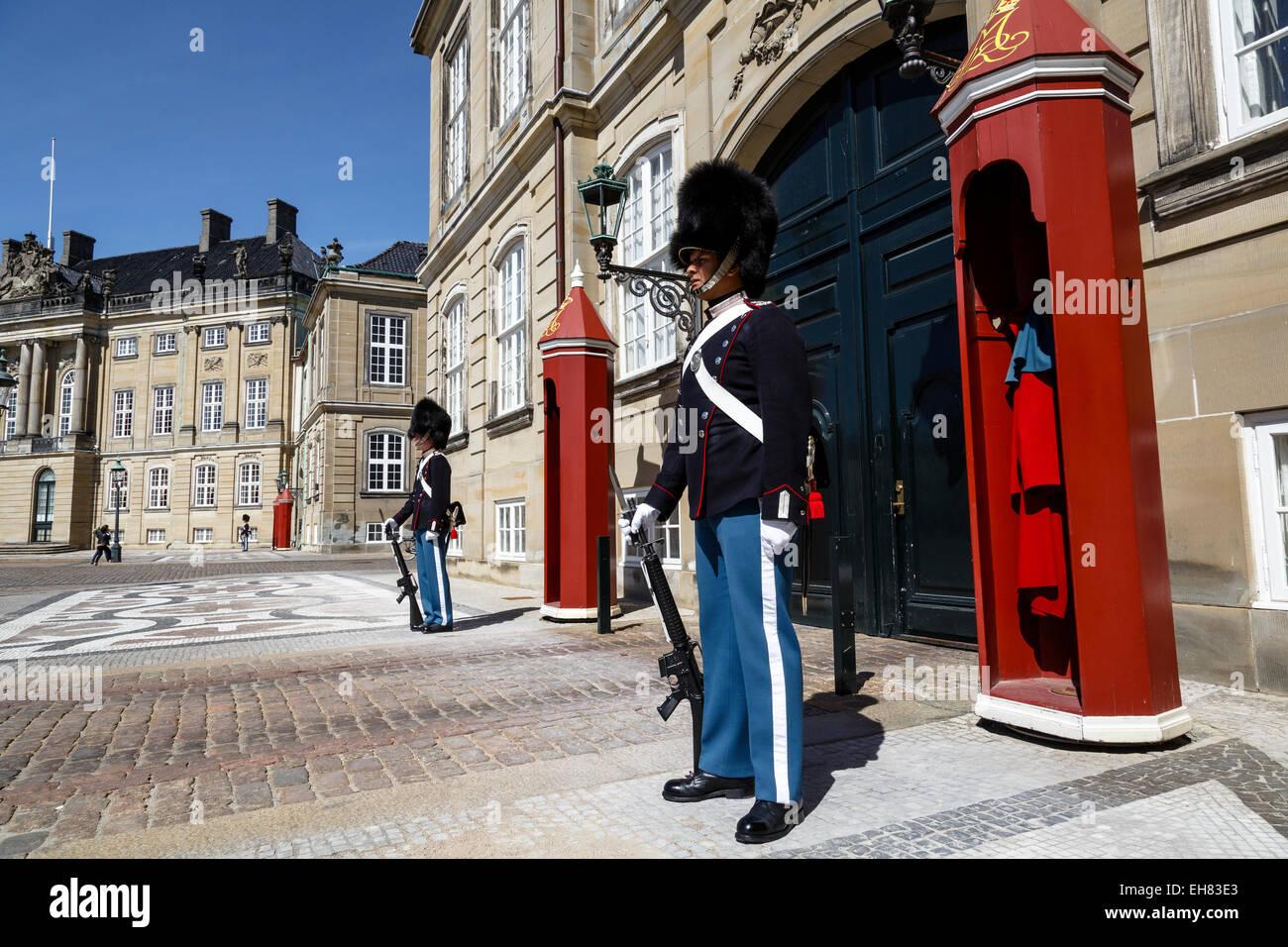 Wachablösung am königlichen Schloss Amalienborg, Kopenhagen, Dänemark, Skandinavien, Europa Stockbild
