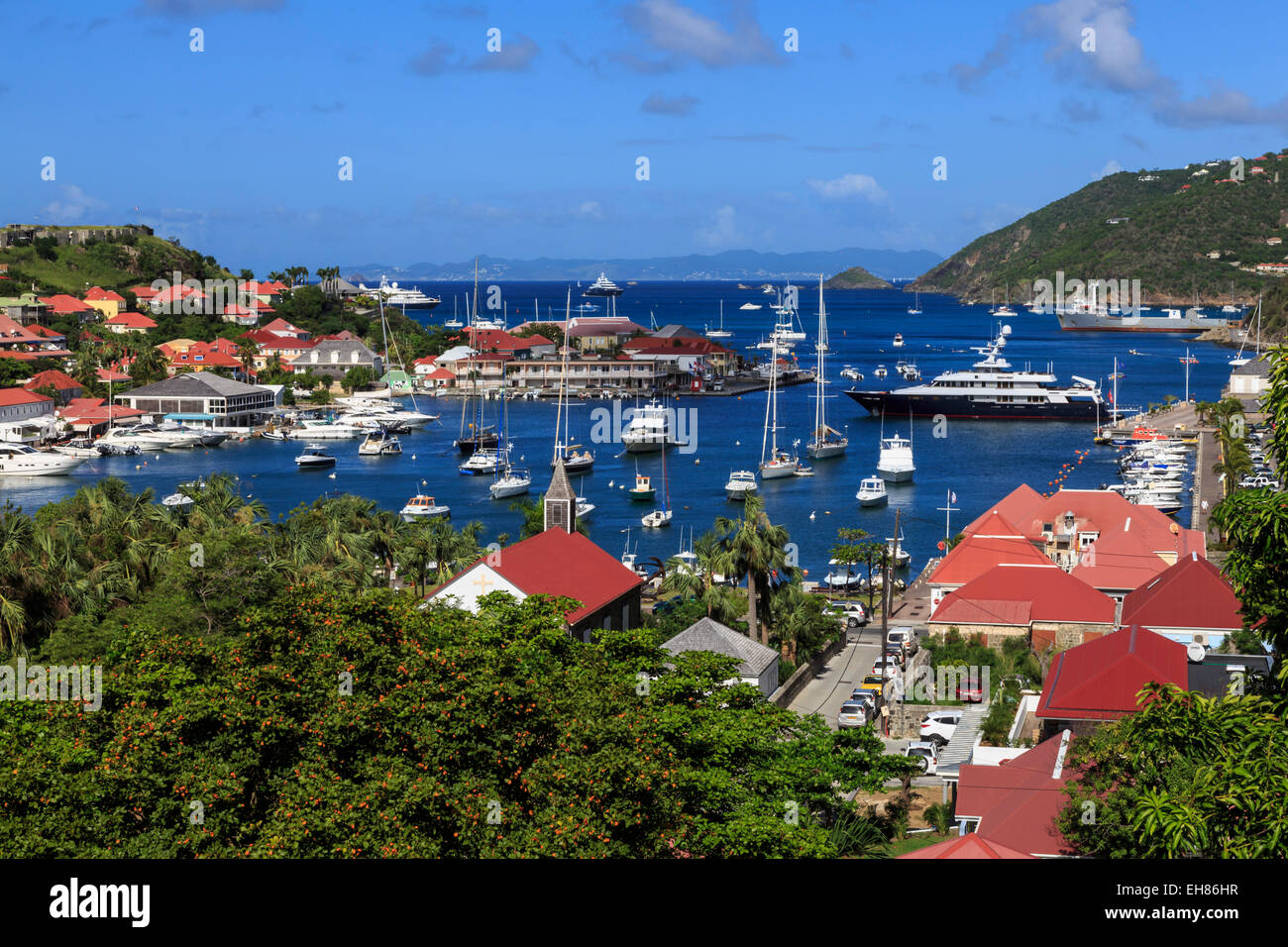 Erhöhten Blick auf Fort Oscar, anglikanische Kirche und Yachten im Hafen von Gustavia, St. Barthélemy, Stockbild