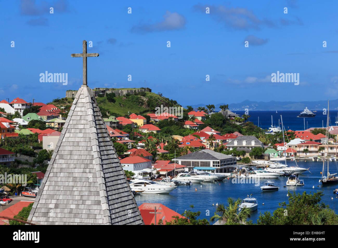Erhöhten Blick, katholische Kirche, Fort Oscar und Hafen von Gustavia, St. Barthélemy (St. Barts) (St. Stockbild