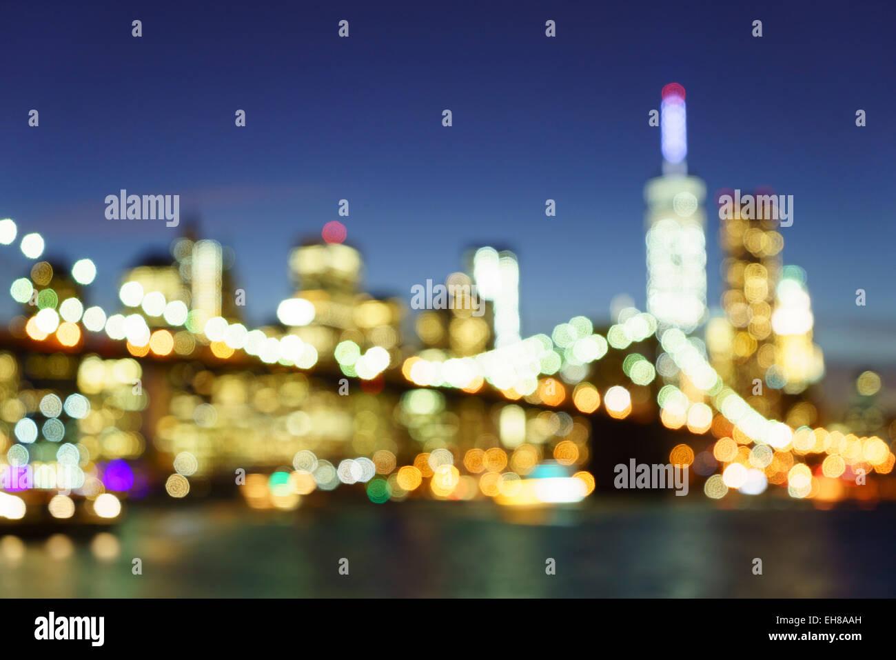 Defokussierten Blick auf die Brooklyn Bridge und Manhattan Skyline bei Nacht, New York City, New York, USA Stockbild