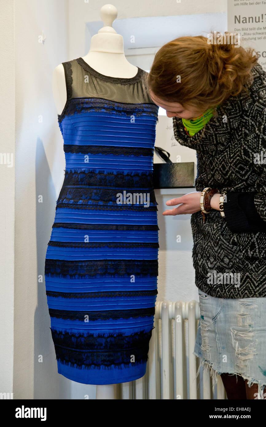 schwarz kleid gold blau
