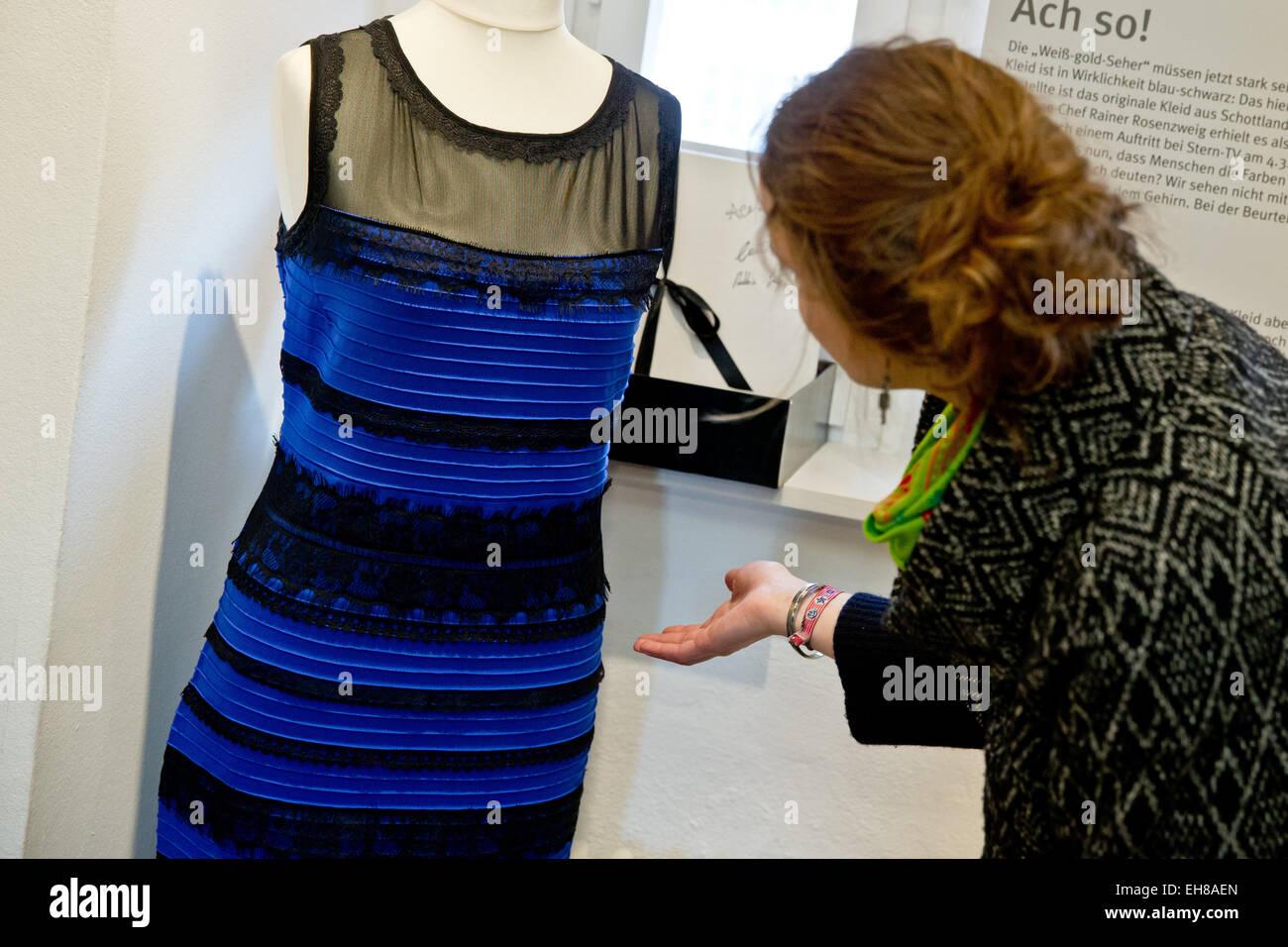 schwarz blau gestreiftes kleid stockfotos und -bilder kaufen