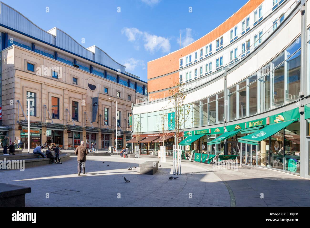 Stadtzentrum Fußgängerzone mit Restaurants umgeben. Trinity Square, Nottingham, England, Großbritannien Stockbild