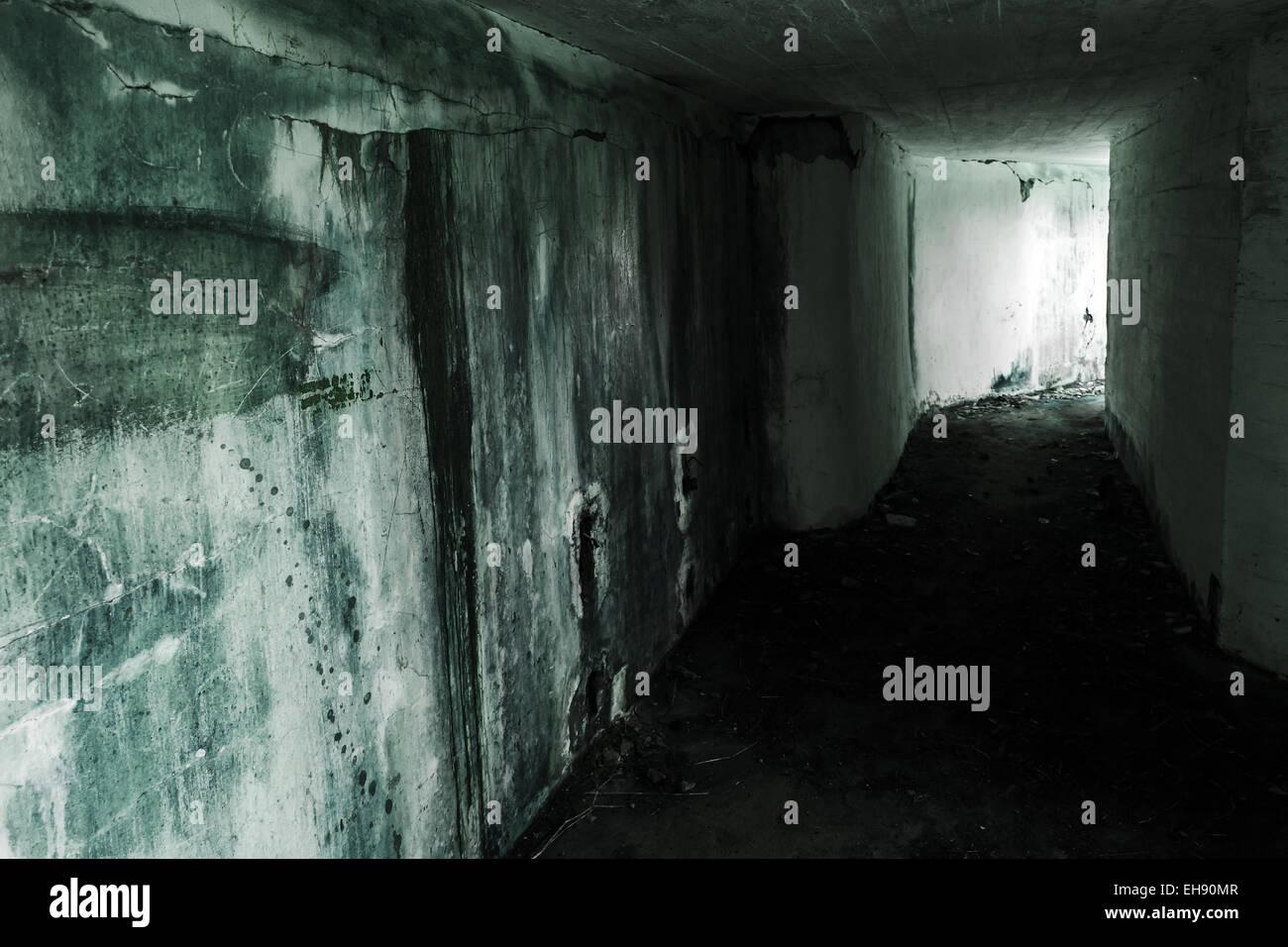 Leere verlassenen Bunker Interieur mit glühenden Ende des dunklen ...