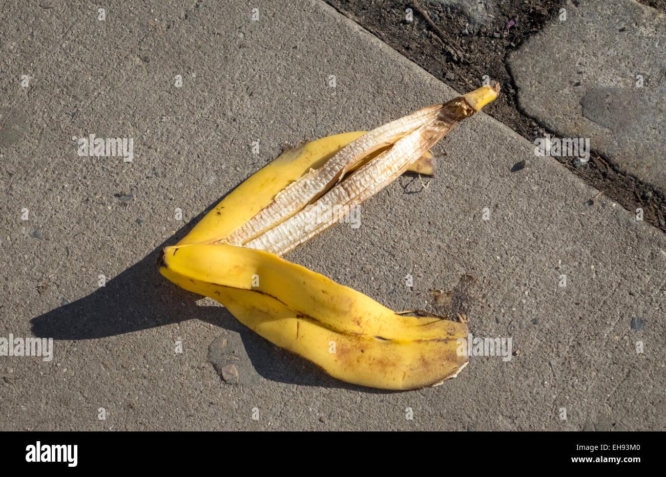 Wops! Achten Sie darauf, rutscht auf einer Bananenschale Stockbild