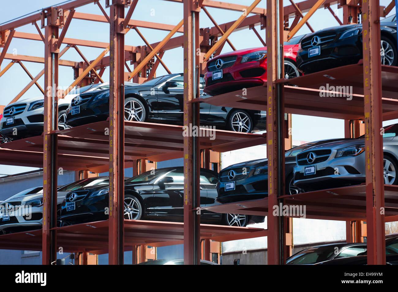Temporäre Stahlskelettbauweise Parkplatz Struktur im Autohaus - USA Stockbild