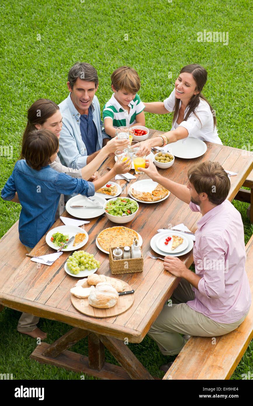 Familie und Freunde versammeln sich für Picknick Stockbild