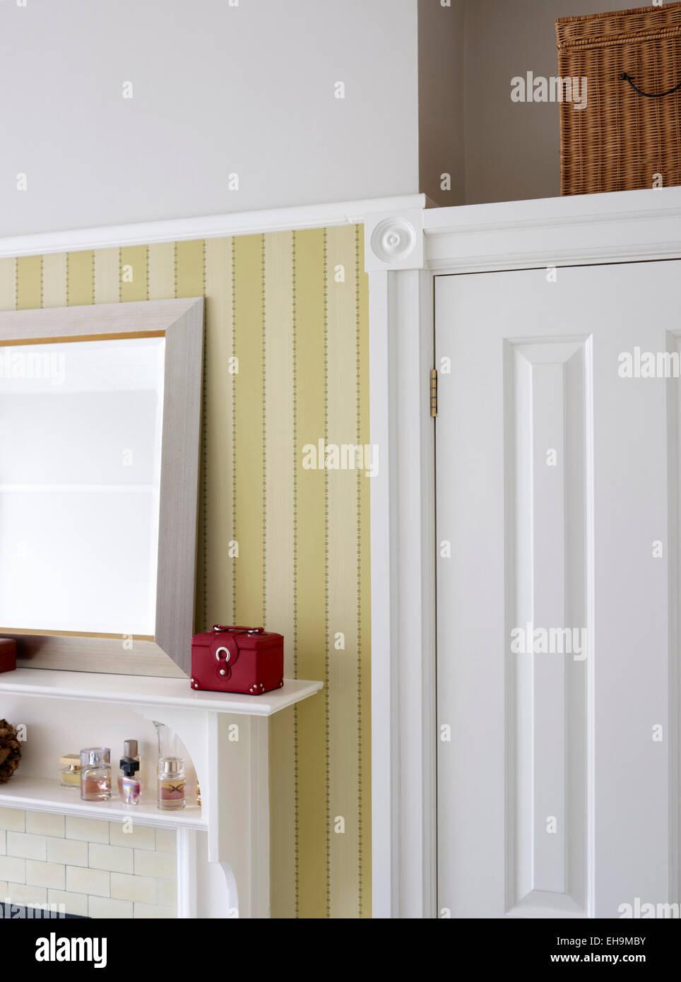 Interiors Bedroom Yellow Wallpaper Stockfotos & Interiors Bedroom ...