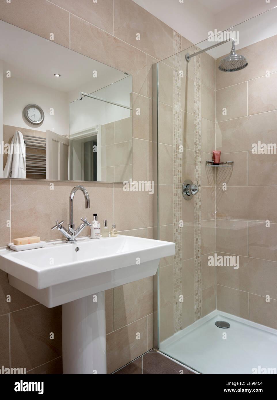 Waschbecken Und Dusche Im Badezimmer Mit Rosa Fliesen Wohnhaus - Rosa fliesen bad