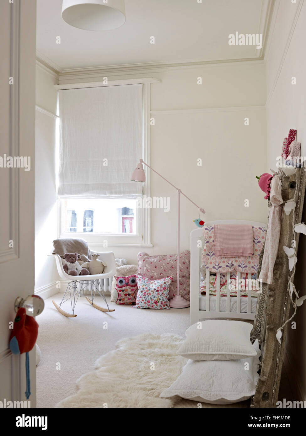 Weißen Kinderzimmer mit Kinderbett, Schaukelstuhl und weiß römische ...