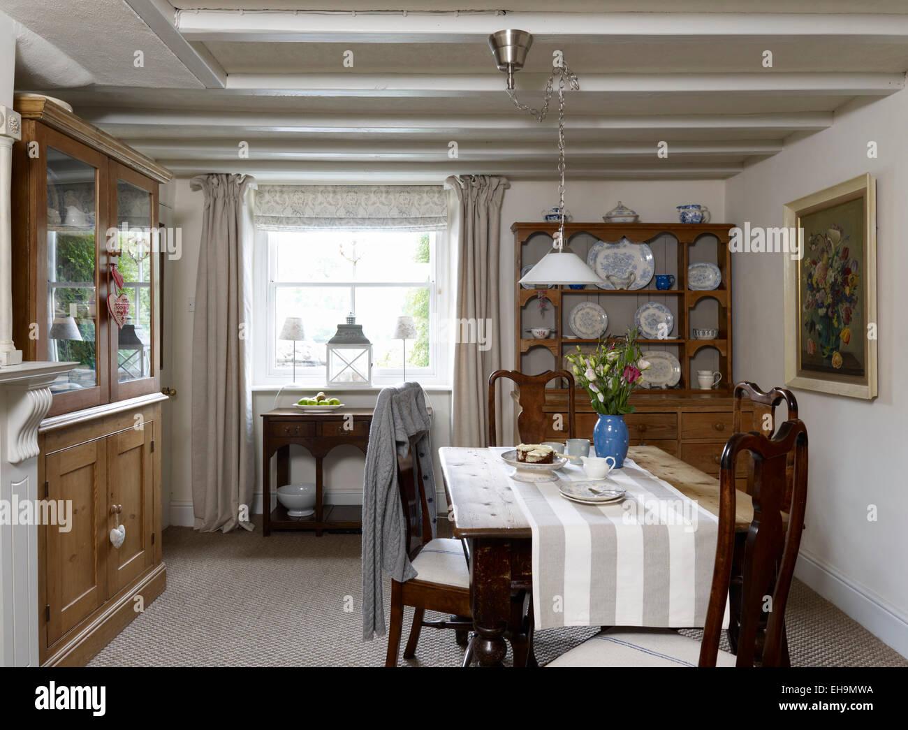 Esszimmer mit Holz Esstisch, Stühle und walisische Kommode, Wohnhaus ...