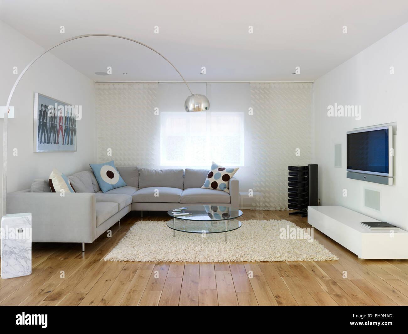 Ecke Sofa mit gemusterten Kissen im modernen Wohnzimmer mit Designer ...