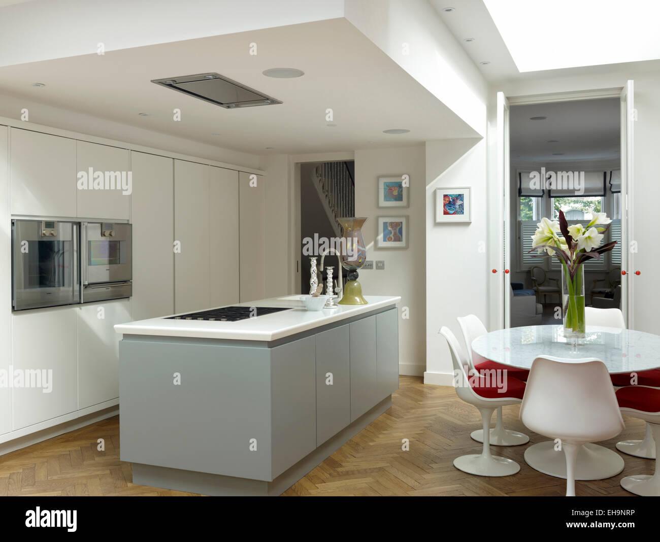 Eine große offene küche interieur mit eichenbalken stockfoto bild