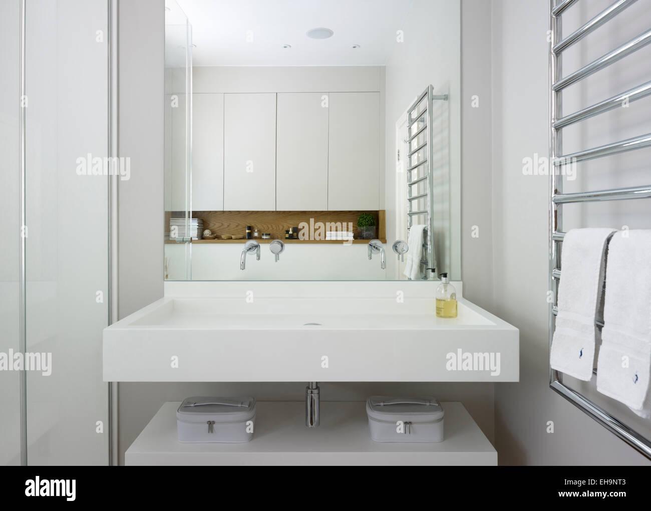 Doppelwaschtisch Mit Spiegel über Mit Regale Reflexion In Bad