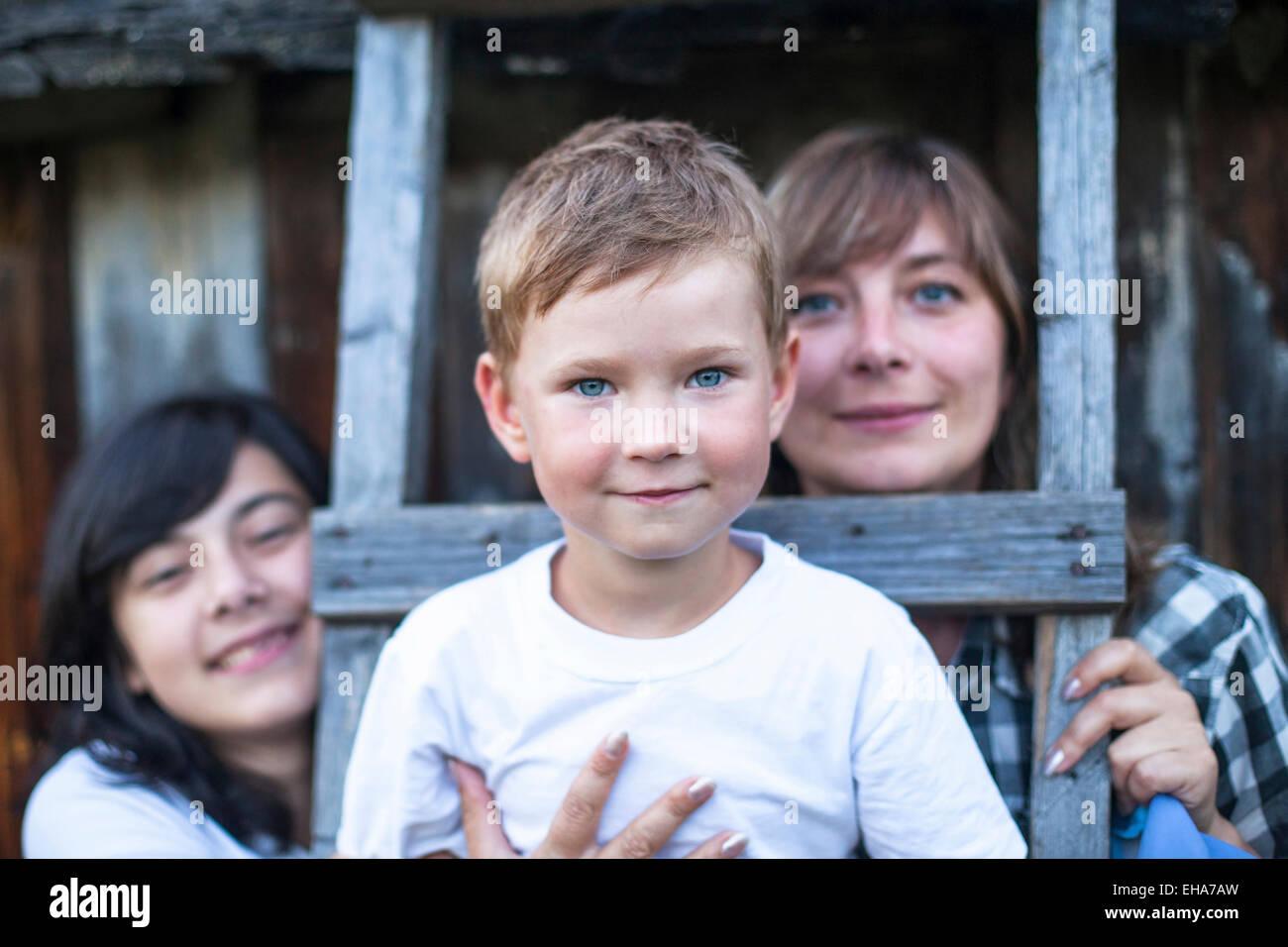 Glückliche Familie im Freien, ein kleiner Junge im Vordergrund. Stockbild