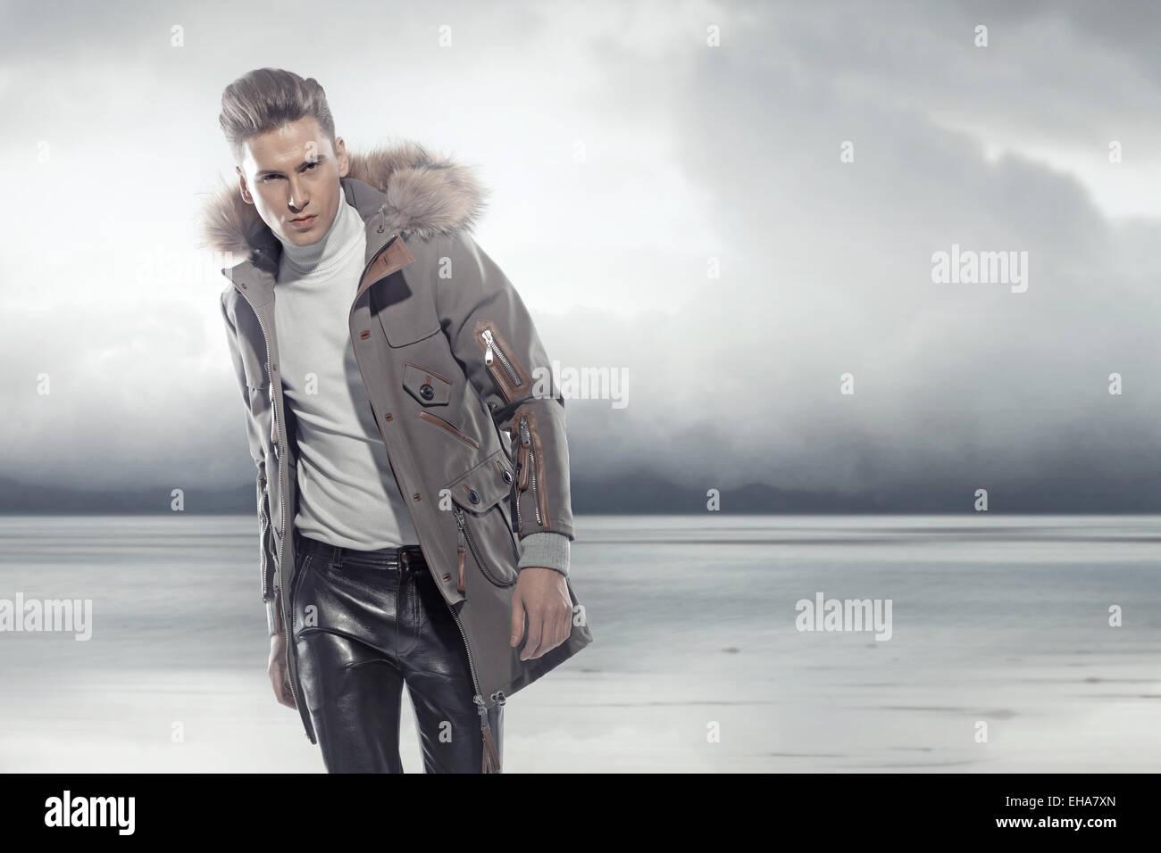Elegante Mann zu Fuß in die eisigen winter Stockbild