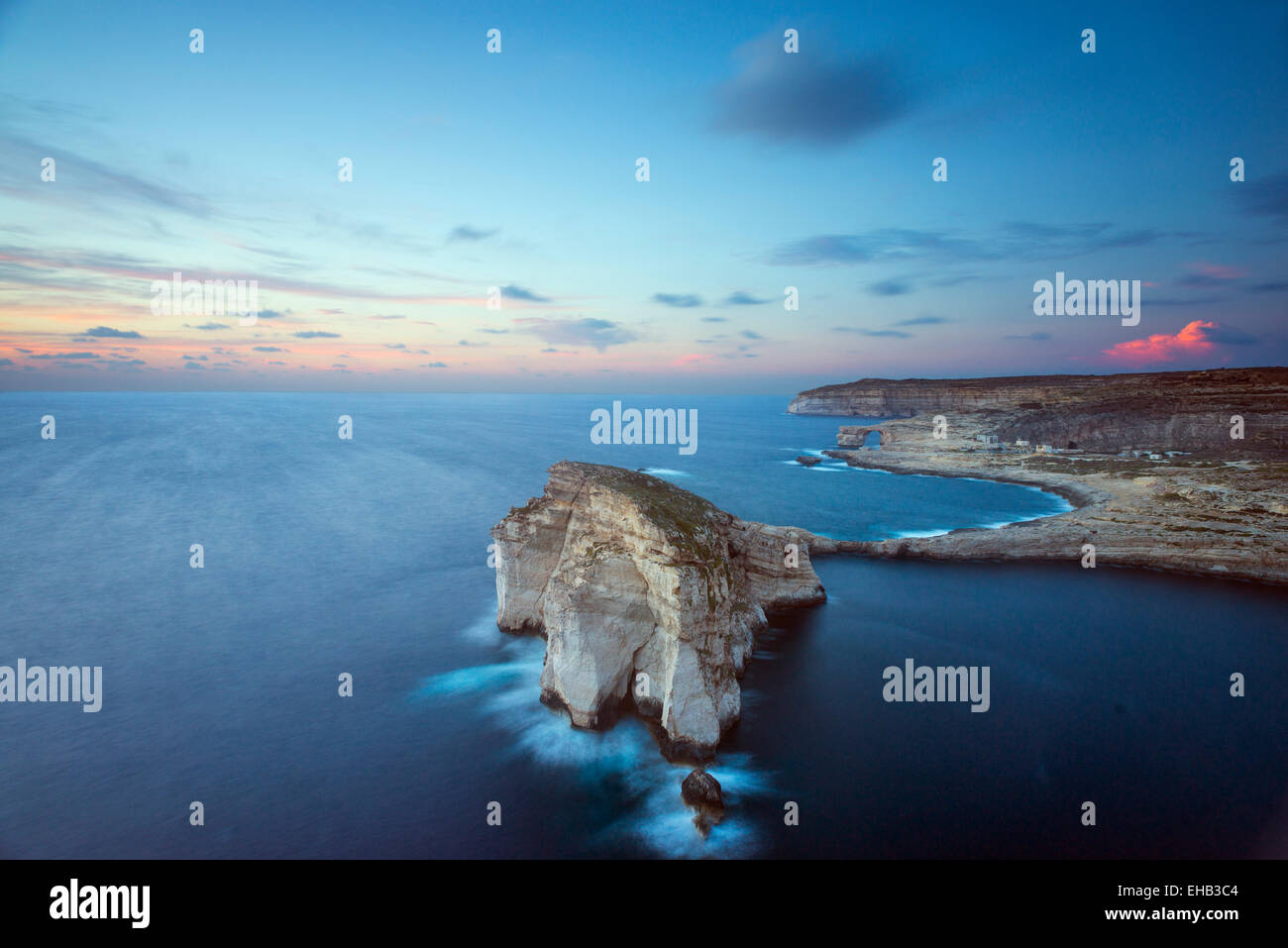Mittelmeer Europa, Malta, Insel Gozo, Dwerja Bay, Fungus Rock und The Azure Window naturale Stockfoto