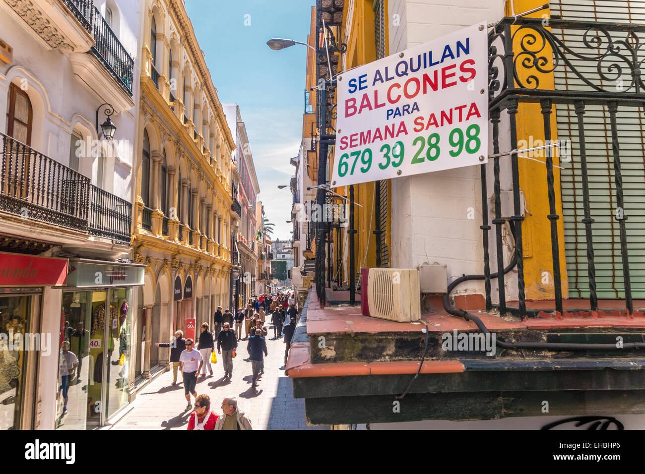 Sevilla Spanien Sevilla. Zeichen-Balkon zu vermieten im Vorfeld der Semana Santa Prozession auf der Haupteinkaufsstraße Stockbild