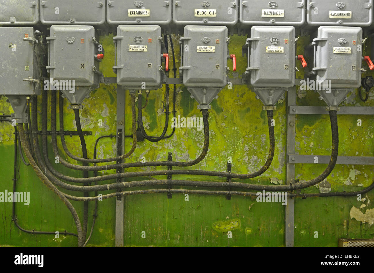 Alte elektrische Kabel und Schaltung in Fort Saint Gobain auf der Maginot Linie Modane-Savoie-Frankreich Stockbild