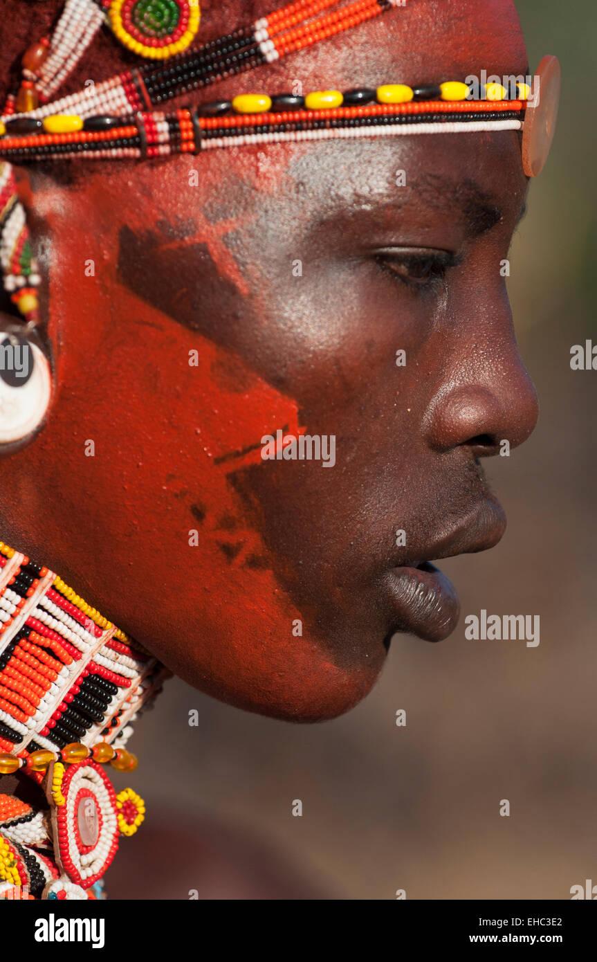 Ein Samburu Moran Krieger Mit Gesicht Gemalt Mit Rotem Ocker Fur