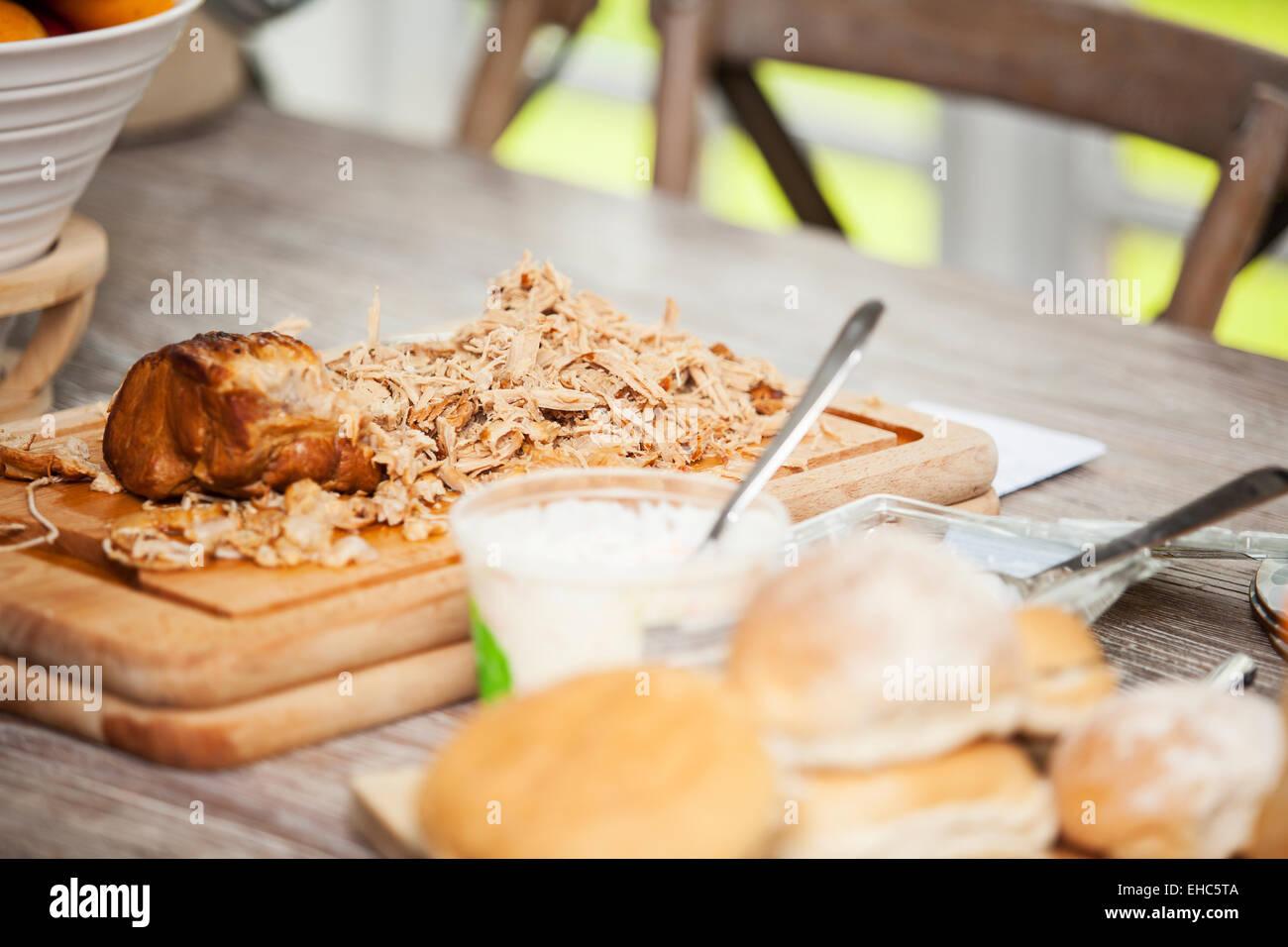 Gezogen Schweinefleisch auf ein Schneidebrett bereit für Essen Stockbild