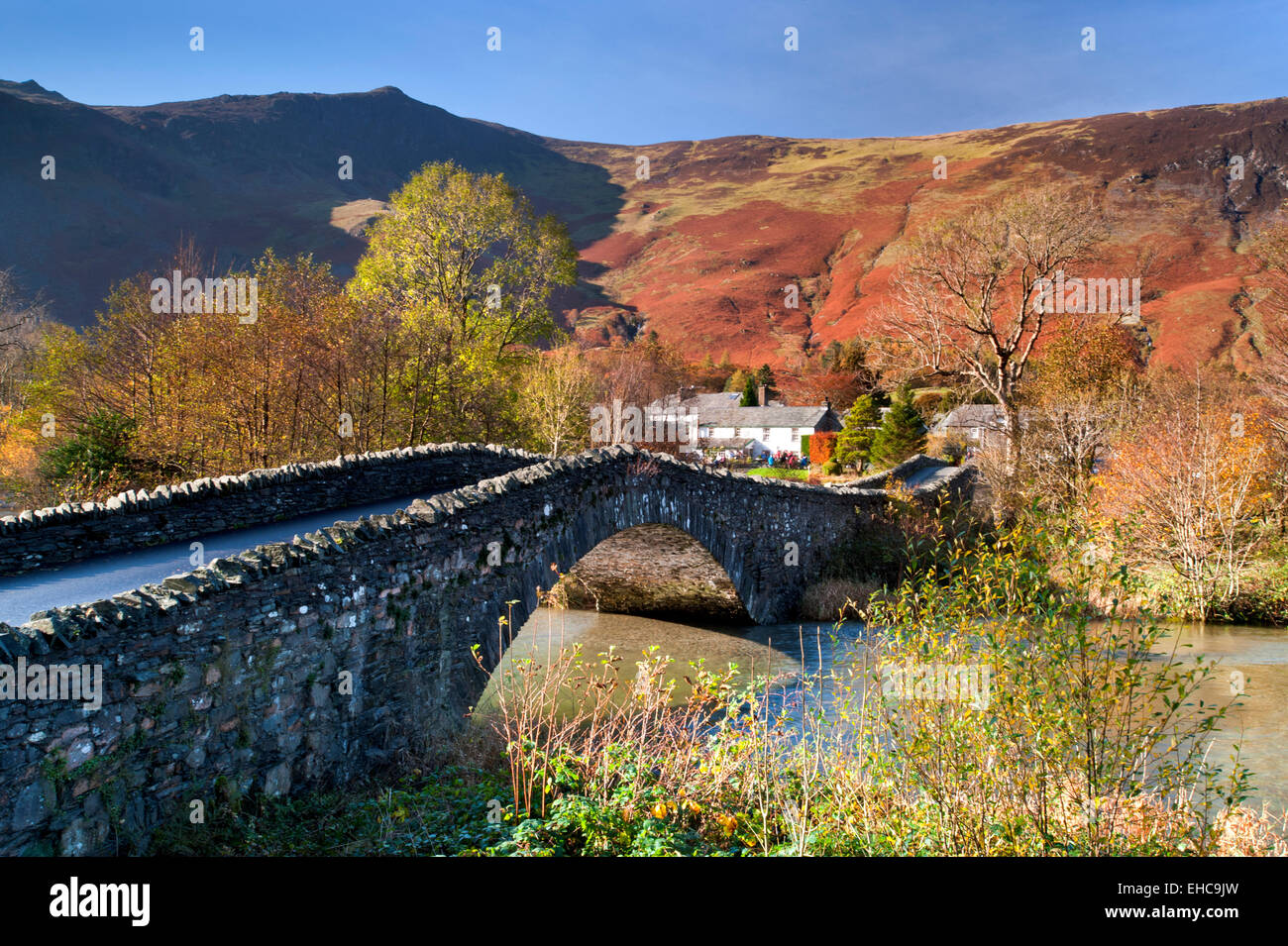 Grange in Borrowdale & River Derwent unterstützt durch The Derwent Fells im Herbst, Nationalpark Lake District, Stockbild