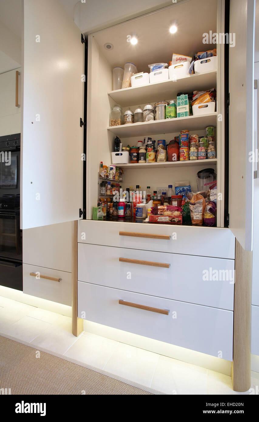 küchenschrank mit türen öffnen sich in einem haus im vereinigten