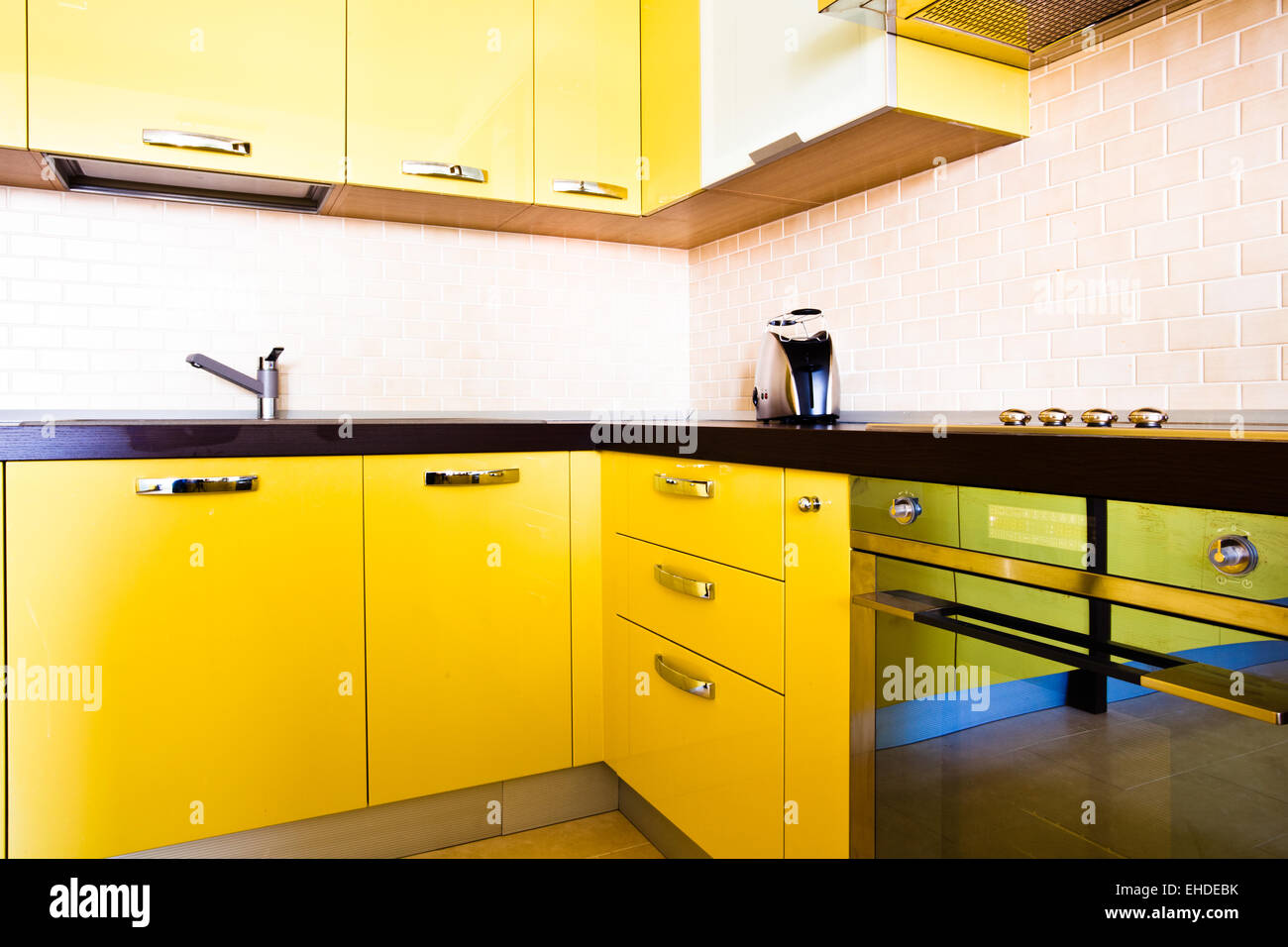 Gelbe Küche Interieur In Moderner Wohnung