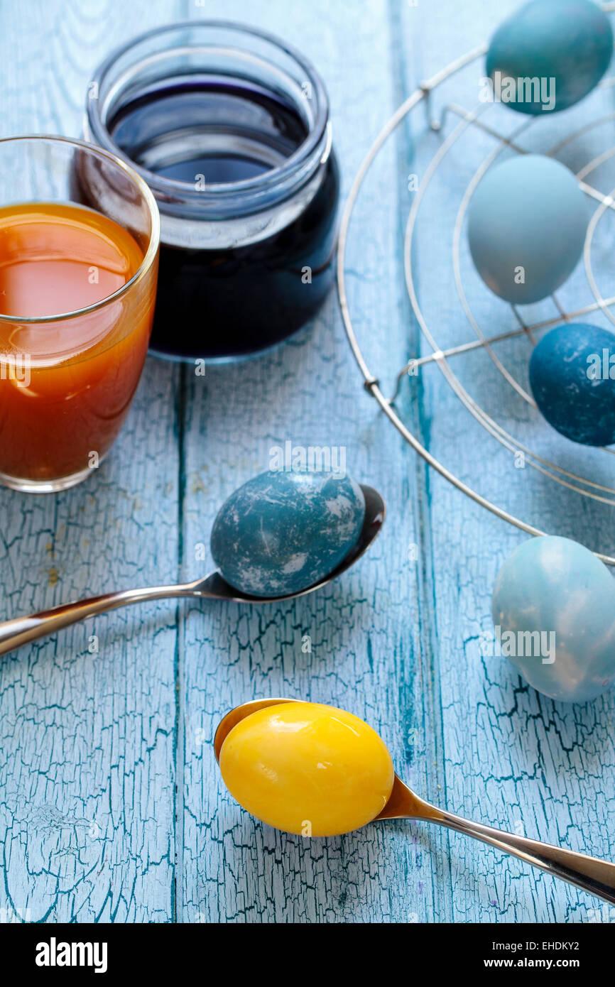 Ostereier bemalt mit natürlicher Farbstoff: Rotkohl und Kurkuma Stockbild