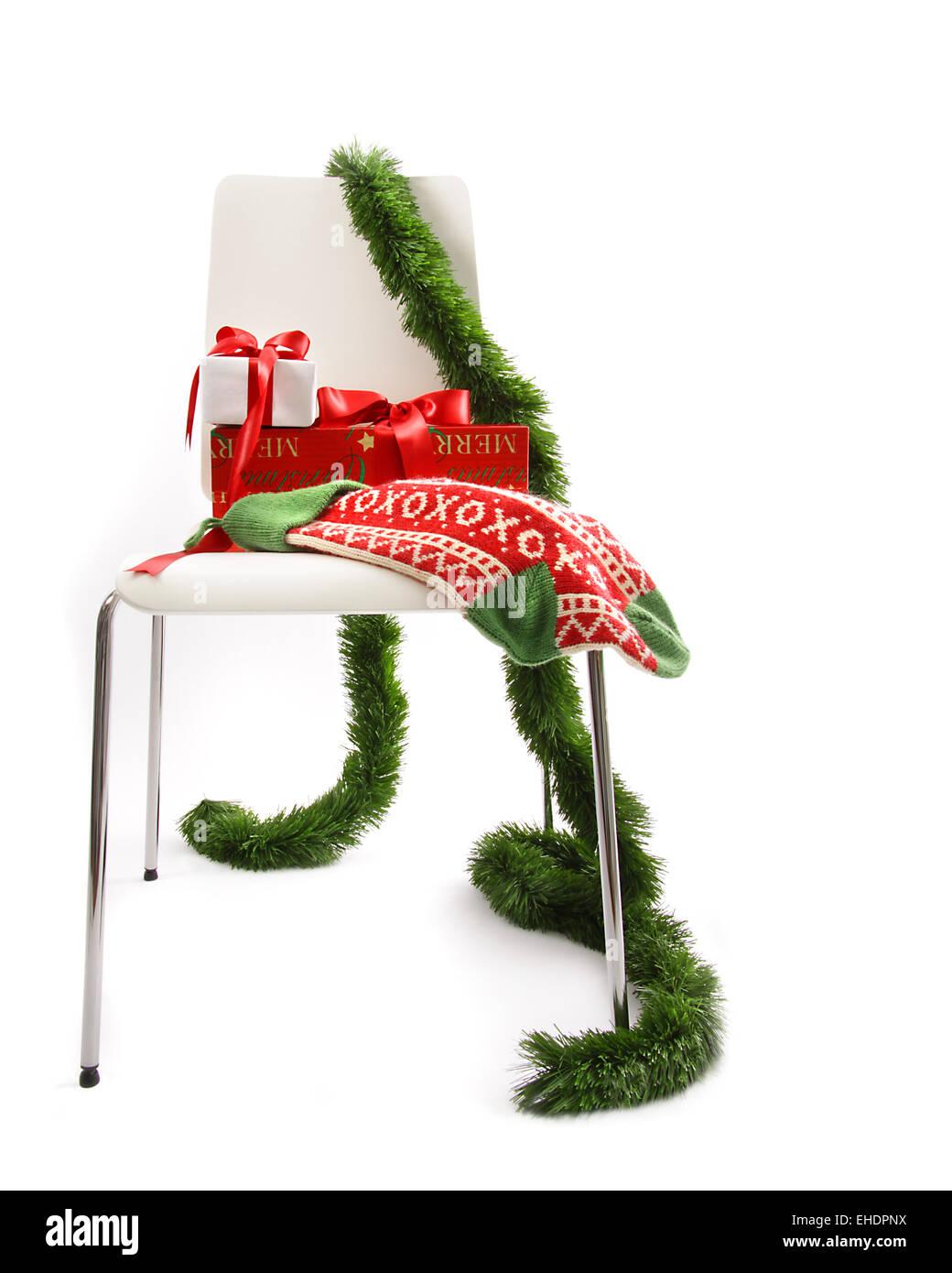 Weißer Stuhl Mit Geschenken Und Kranz Auf Weiß Stockfoto Bild