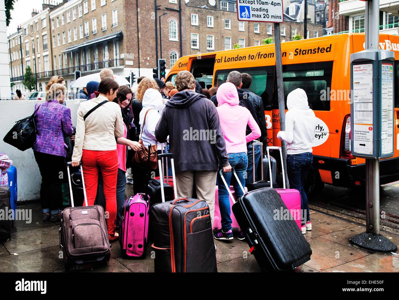 Touristischen Menge kleine Stansted-gebundenen Shuttle-Bus; Gloucester Place; Marylebone; London; England; VEREINIGTES Stockfoto