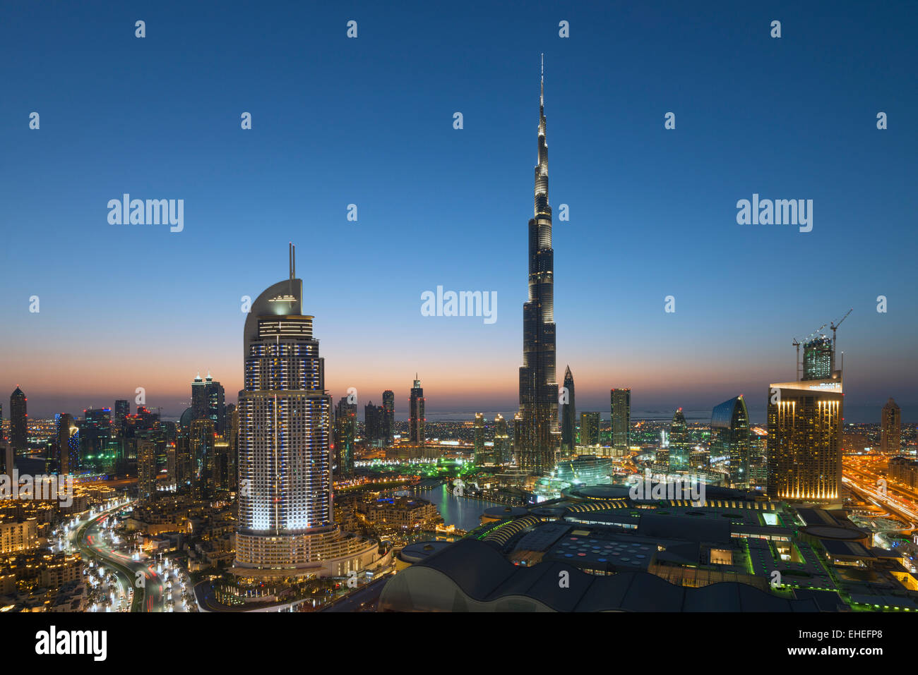 Burj Khalifa, Dubai Mall und der Skyline von Downtown Dubai bei Nacht in Vereinigte Arabische Emirate Stockbild