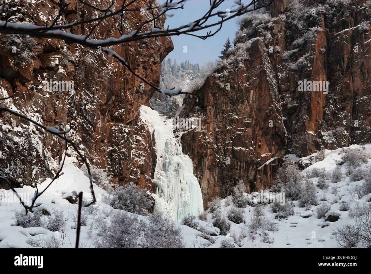 Felsen und Eisfall in Bergen Stockbild