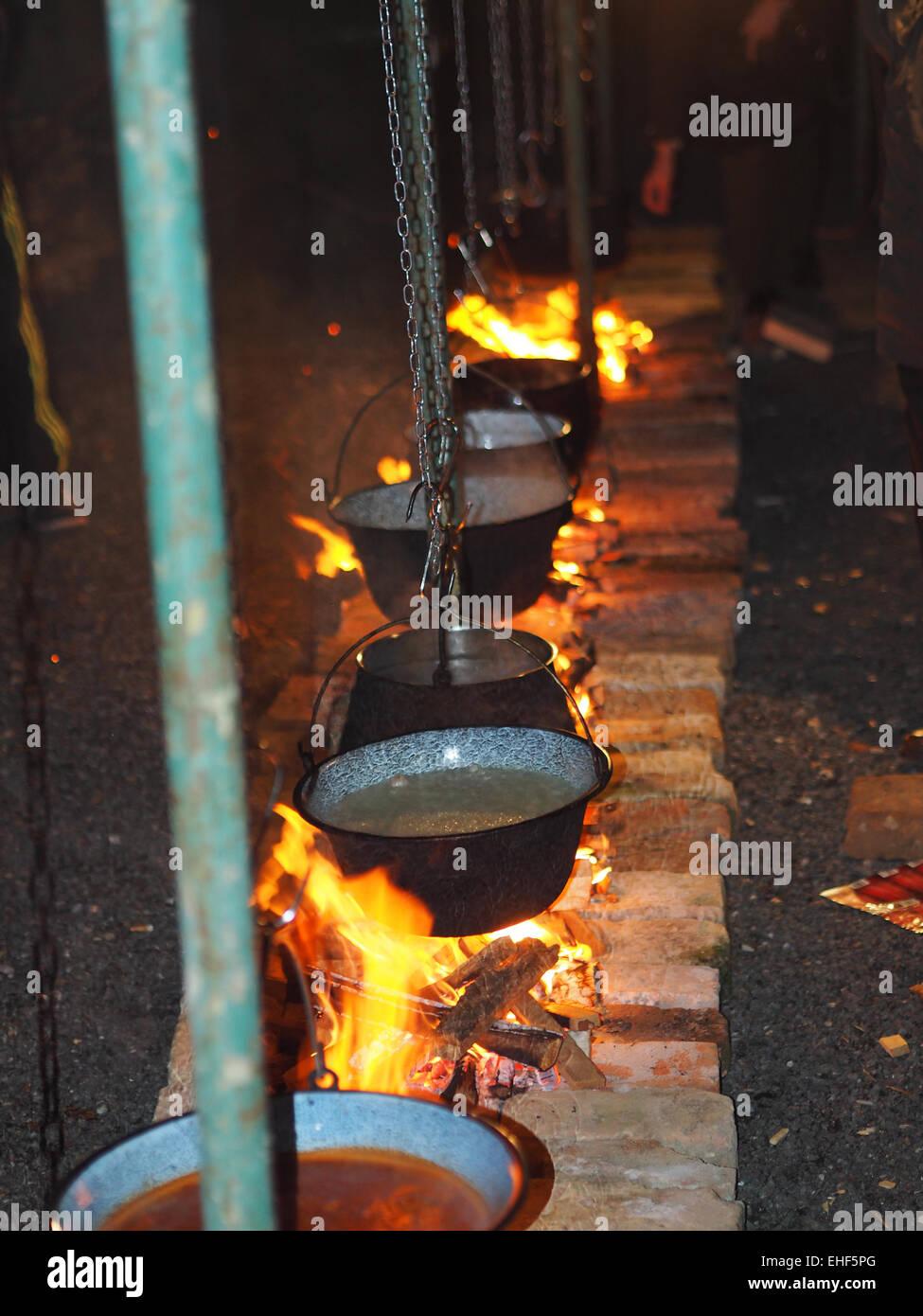 in einem Kessel auf dem Feuer kochen Fischsuppe Stockfoto, Bild ...