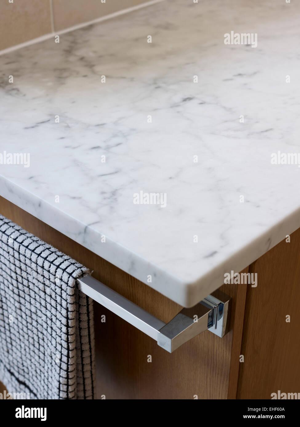 Kuchenarbeitsplatte Aus Marmor Und Geschirrtuch Rail Detail In