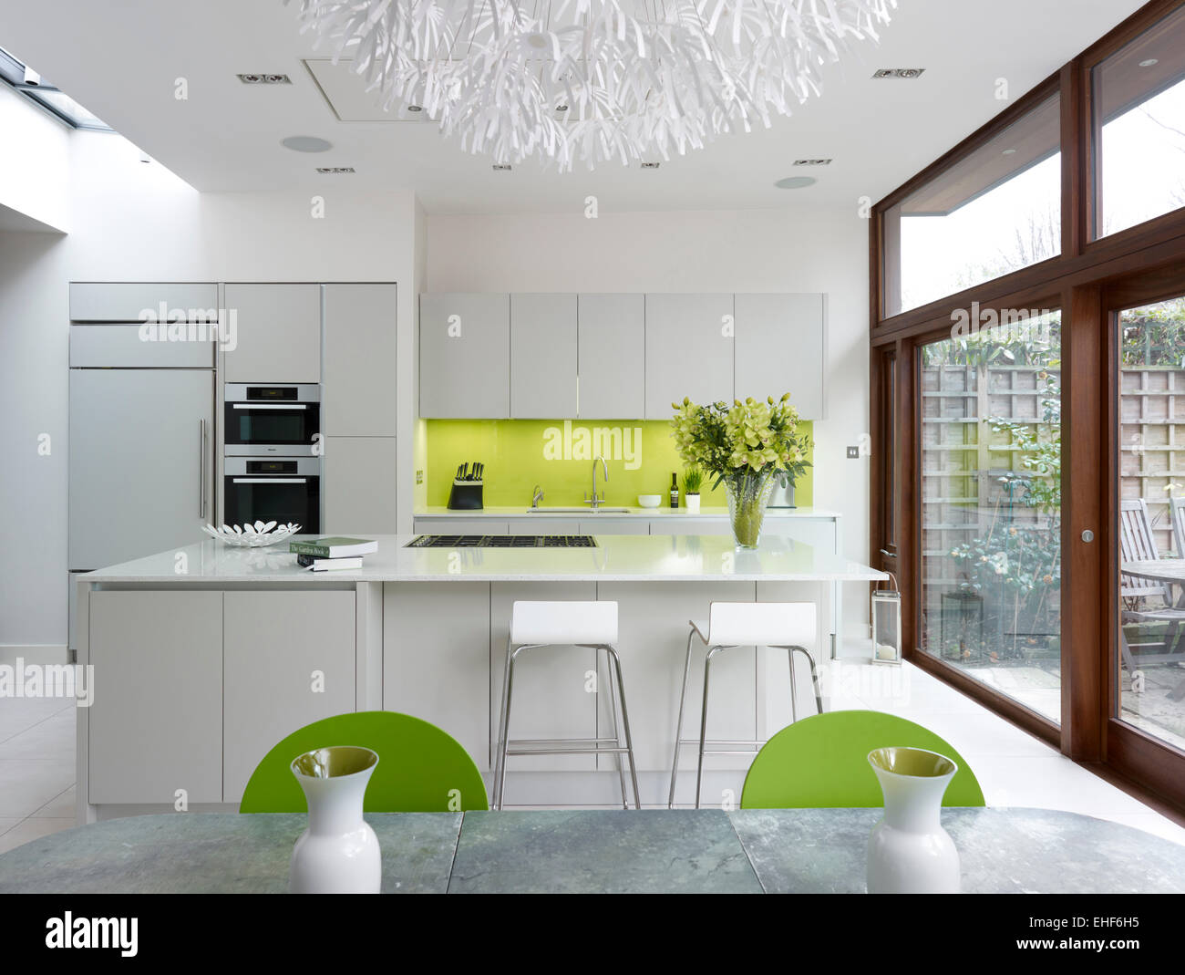 Lime Grün Stühle Mit Tisch Und Zwei Vasen Und Blumen In
