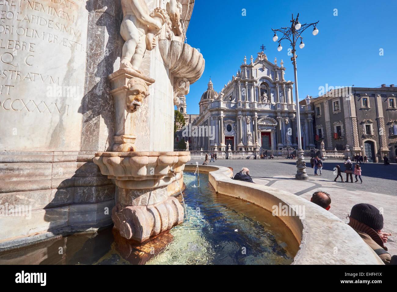 Kathedrale von St. Agatha mit dem Brunnen unterhalb der Lava Elefant in Catania, Sizilien, Italien. Stockbild