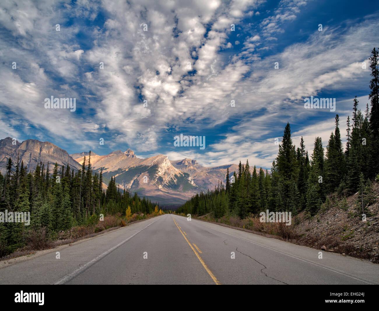 Straße in Banff Nationalpark, Alberta, Kanada Stockbild