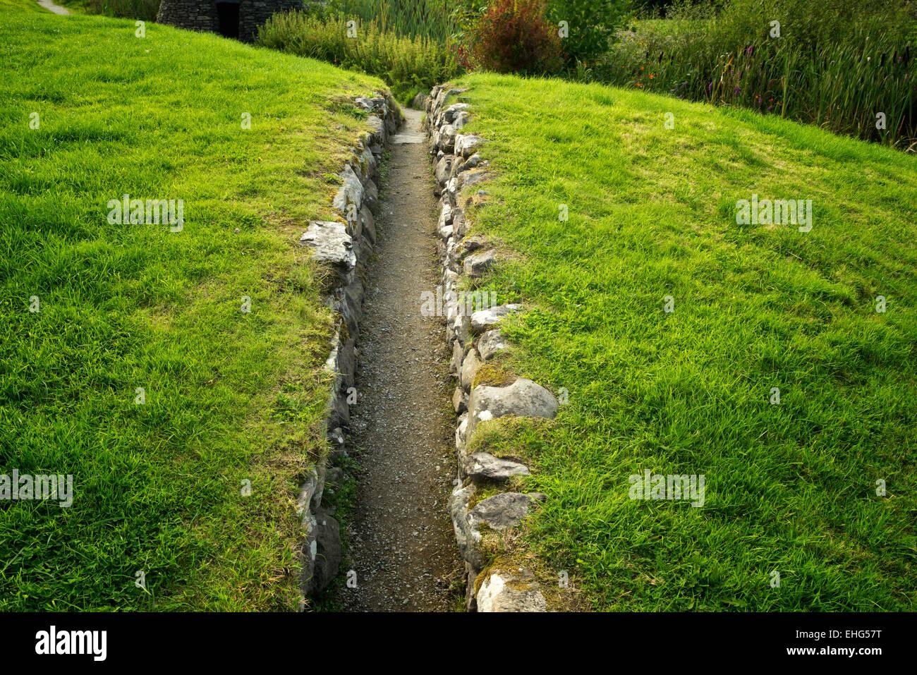 Schmalen Pfad in Sneem, Irland Stockbild
